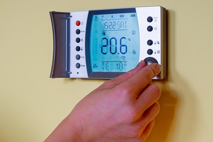 The AC unit is affected by poorly optimized thermostat settings